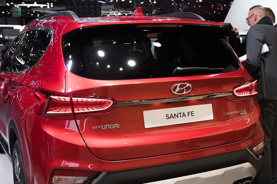 đuôi xe Hyundai Santafe dầu